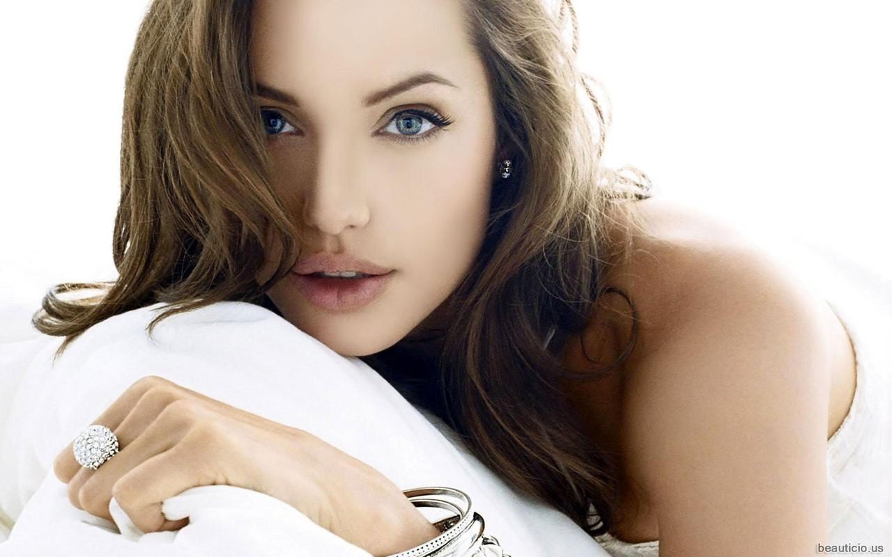 Angelina Jolie - 2 - [1280 x 800]