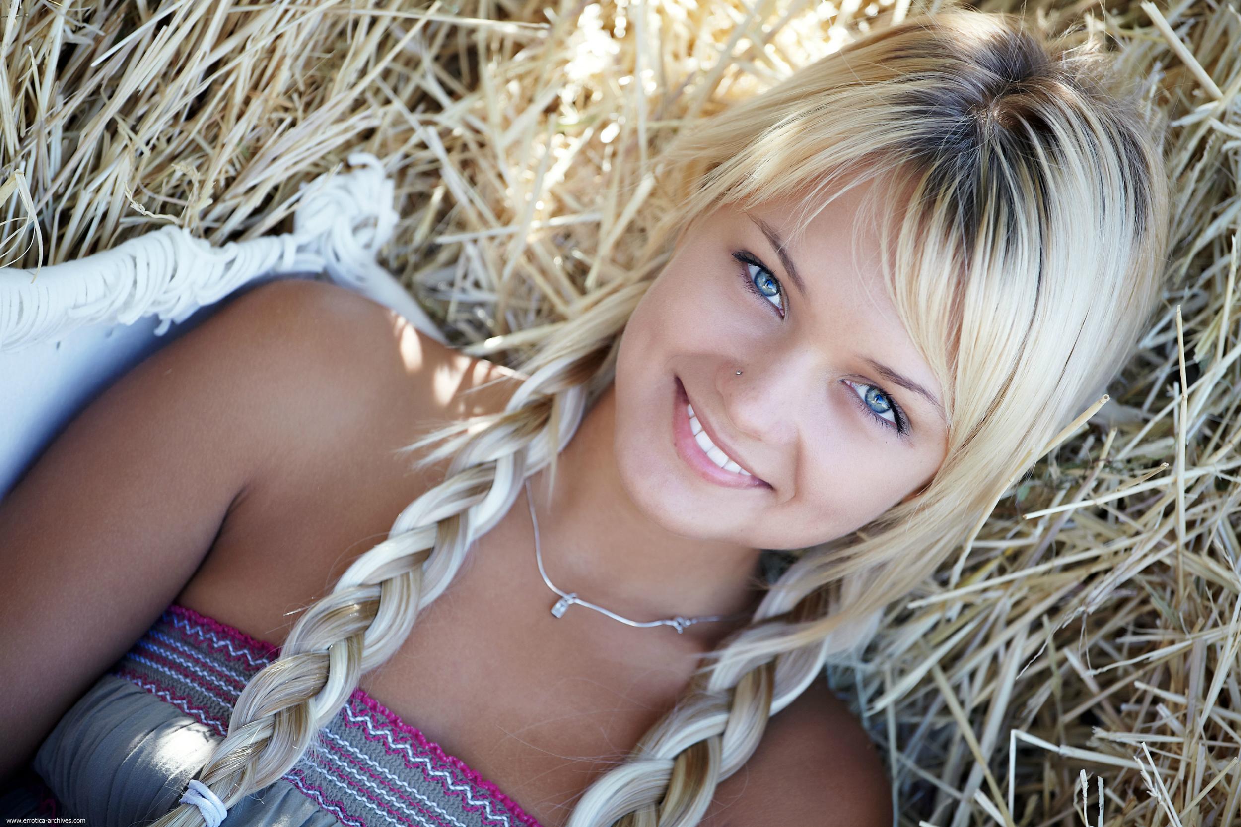 Порно видео Monroe - Юная 18 лет блондинка и розовый